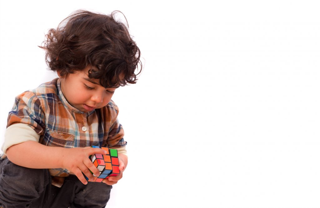 Early intellectual development: kid trying to understand colors using rubik's cube